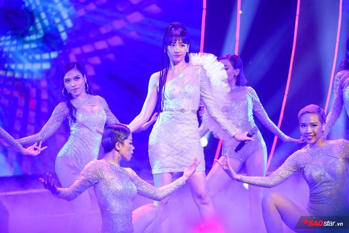Hari Won xuất hiện xinh đẹp trên sân khấu mở màn của đêm diễn.