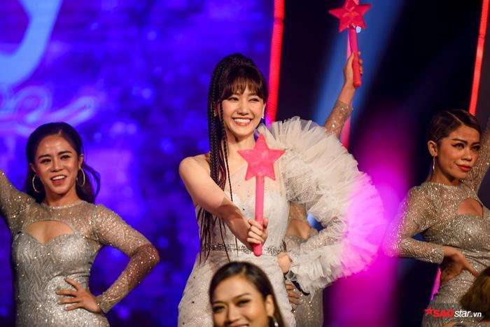 Hari Won bị Trấn Thành tố thiếu chuyên nghiệp ngay trên sân khấu mini concert Galaxy Of Love ảnh 28