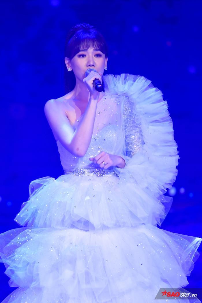 Hari Won mang đến bản phối mới cho những ca khúc ballad quen thuộc như Anh cứ đi đi, Yêu không hối hận, Hạnh phúc mới.