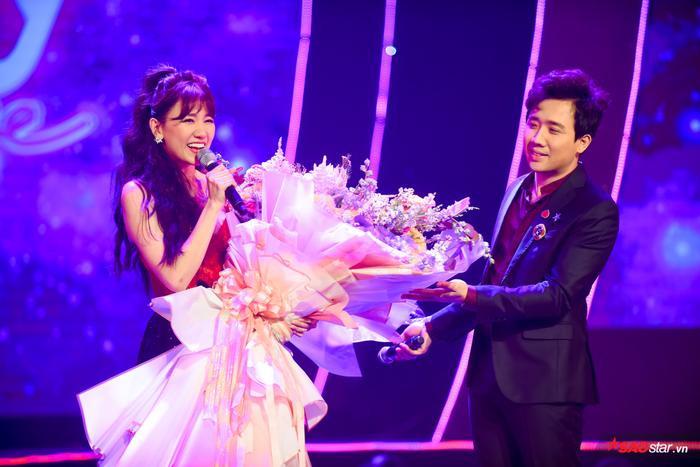 Hari Won bị Trấn Thành tố thiếu chuyên nghiệp ngay trên sân khấu mini concert Galaxy Of Love ảnh 39