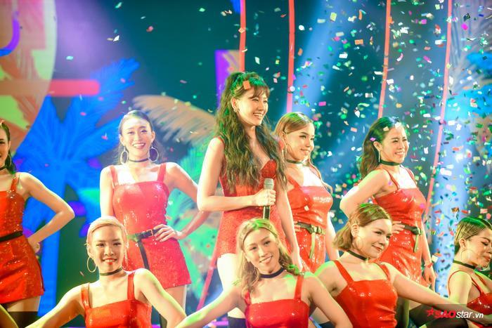 Hari Won trong tiết mục kết show đầy ấn tượng.