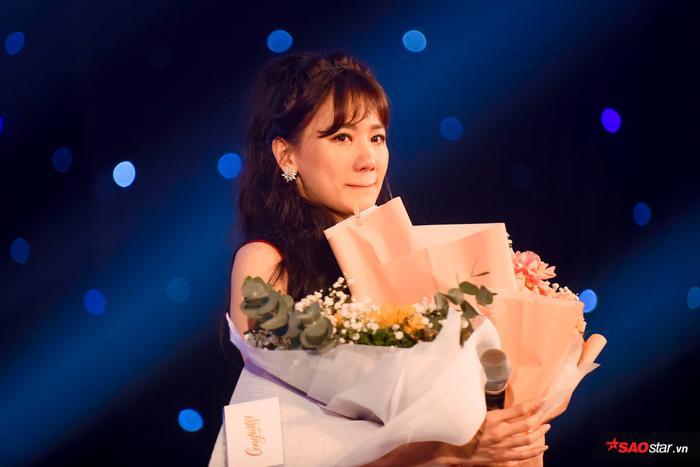 Hari Won bị Trấn Thành tố thiếu chuyên nghiệp ngay trên sân khấu mini concert Galaxy Of Love ảnh 40