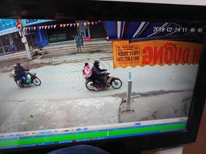 Camera ghi lại cảnh Nguyễn Trọng Trình chở bé gái trên đường