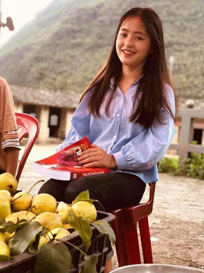 Sau hơn 1 năm nổi tiếng, cô bé bán lê ở Hà Giang càng ngày càng xinh đẹp, đáng yêu ảnh 5