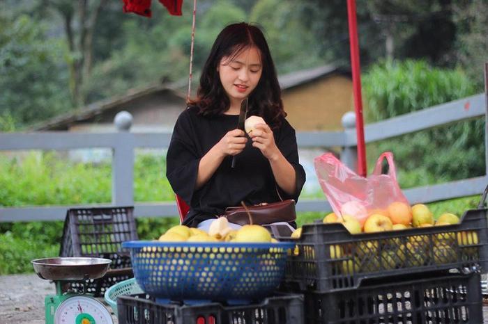 Sau hơn 1 năm nổi tiếng, cô bé bán lê ở Hà Giang càng ngày càng xinh đẹp, đáng yêu ảnh 1