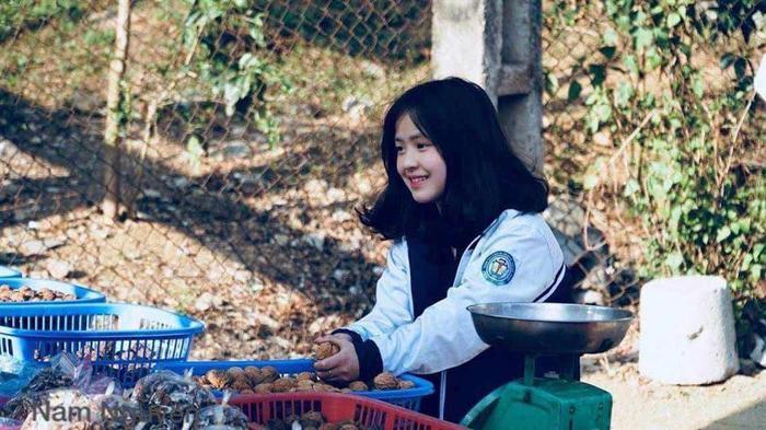Sau hơn 1 năm nổi tiếng, cô bé bán lê ở Hà Giang càng ngày càng xinh đẹp, đáng yêu ảnh 0