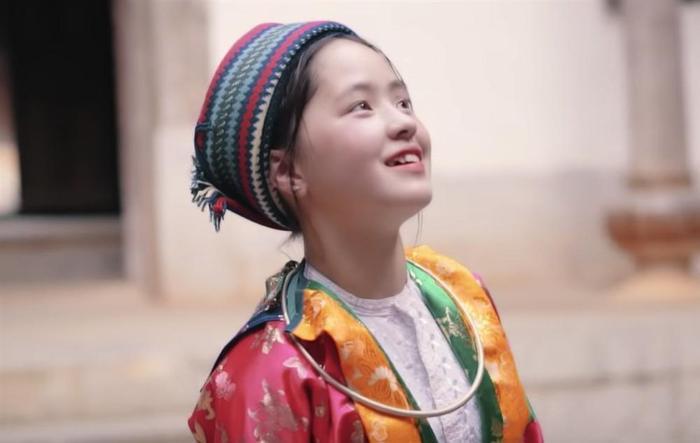 Sau hơn 1 năm nổi tiếng, cô bé bán lê ở Hà Giang càng ngày càng xinh đẹp, đáng yêu ảnh 6