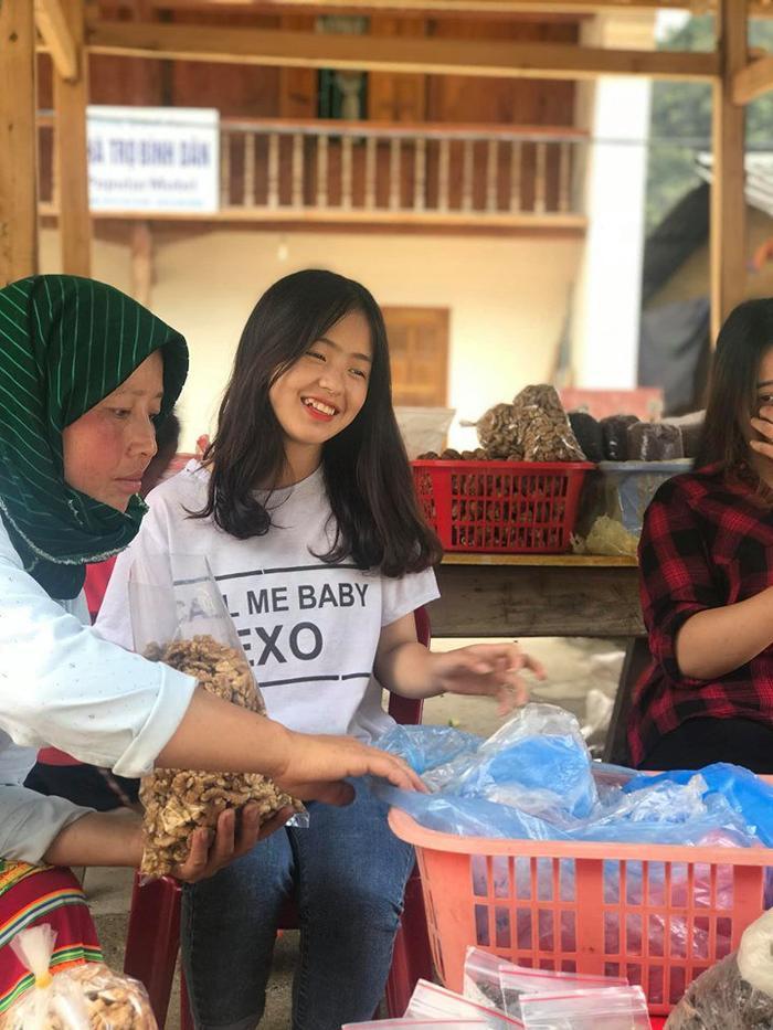 Sau hơn 1 năm nổi tiếng, cô bé bán lê ở Hà Giang càng ngày càng xinh đẹp, đáng yêu ảnh 3