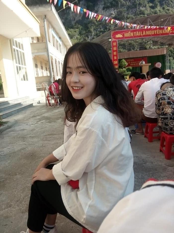 Sau hơn 1 năm nổi tiếng, cô bé bán lê ở Hà Giang càng ngày càng xinh đẹp, đáng yêu ảnh 12