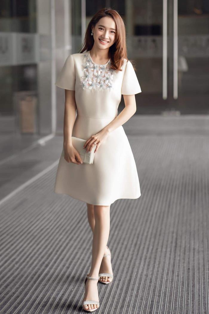 Thả dáng trong chiếc váy tinh tế của Valentino, Nhã Phương thu hút sự chú ý với nét đẹp nhẹ nhàng, trong veo của nữ diễn viên.