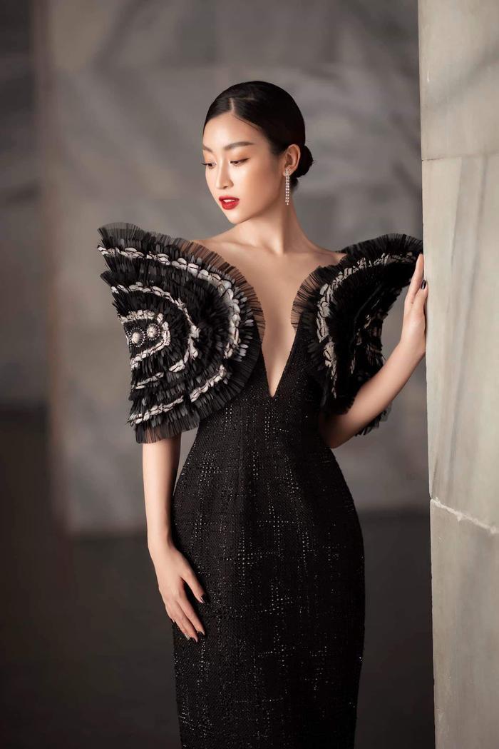 Chiếc váy được xẻ ngực vừa phải, có phần vai trang trí của NTK Công Trí mang đến sự quyến rũ cho nàng hậu.