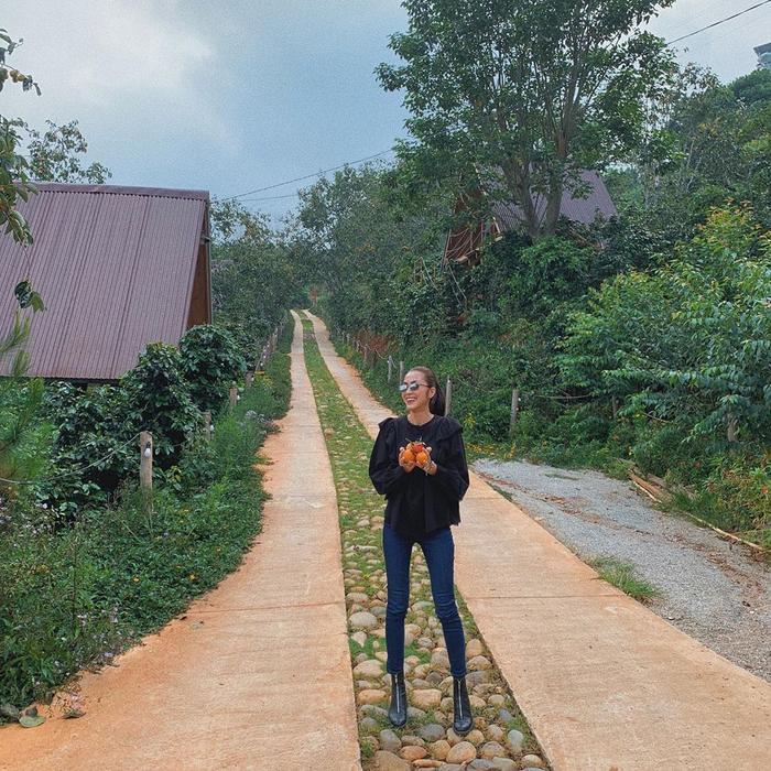 Hình ảnh trong chuyến du lịch cùng cô bạn thân được Tăng Thanh Hà chia sẻ trên trang cá nhân của mình, có thể thấy đôi chân của cô gầy gò và trông không khác gì hai que tăm