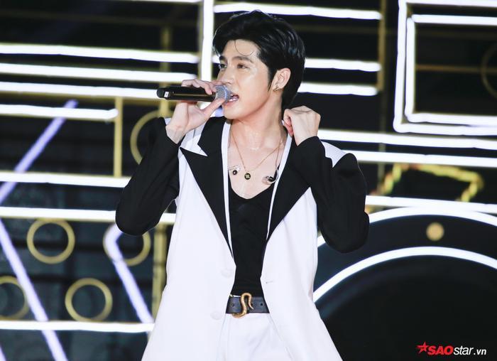 Noo Phước Thịnh điển trai, bảnh bao xuất hiện trong đêm nhạc.