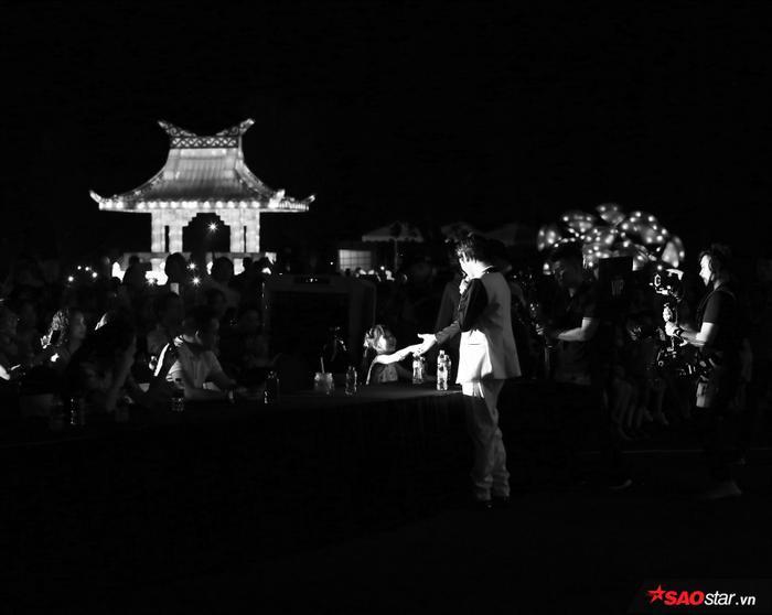 Noo Phước Thịnh dành trọn thời gian hát Thương em là điều anh không thể ngờ để nắm tay fan.