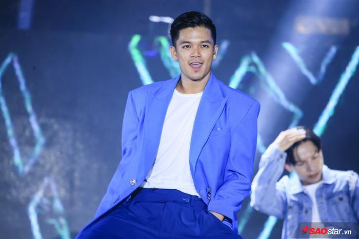 Trọng Hiếu mở màn chương trình với ca khúc Say Ah, Bước đến bên em, Yêu là…