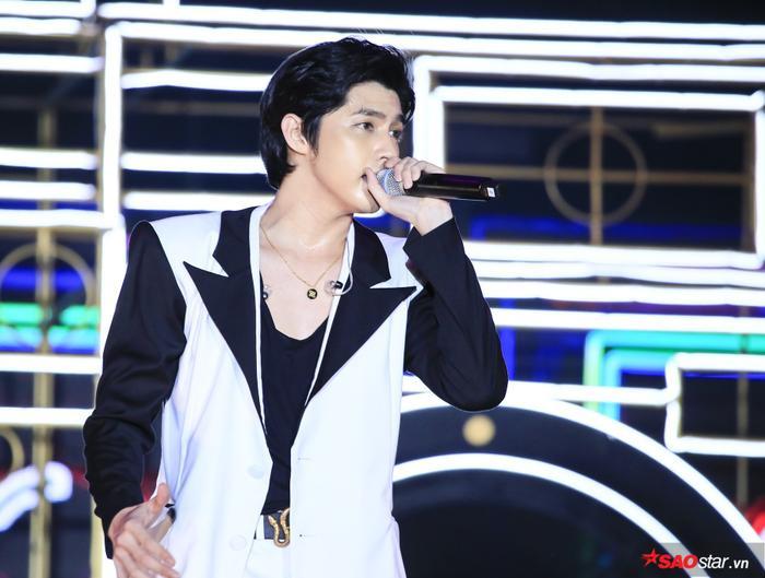 Hàng loạt bản hit gắn liền với tên tuổi được nam ca sĩ trình diễn trên sân khấu.