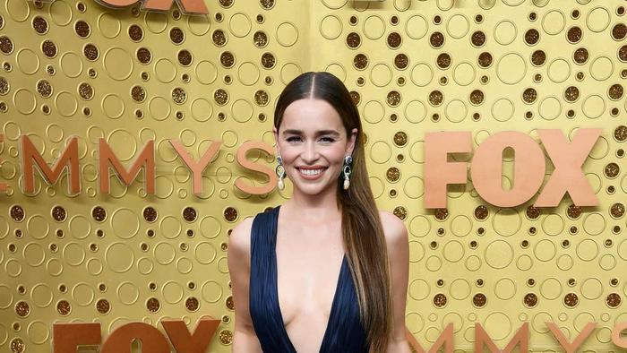 'Mẹ rồng' Emilia Clarke bất ngờ để tóc nâu khi đứng cùng dàn cast Game Of Thrones khiến fan không nhận ra ảnh 7