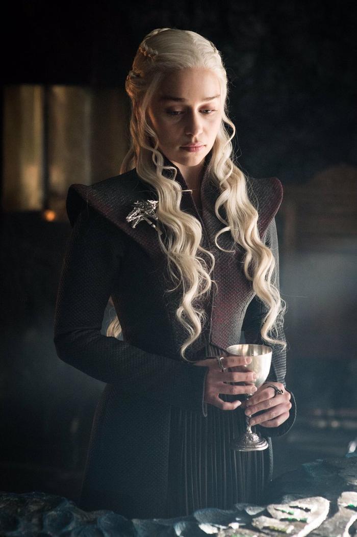 'Mẹ rồng' Emilia Clarke bất ngờ để tóc nâu khi đứng cùng dàn cast Game Of Thrones khiến fan không nhận ra ảnh 2