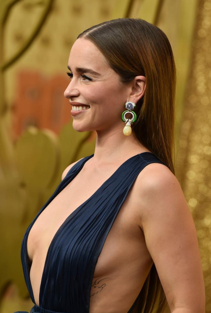 'Mẹ rồng' Emilia Clarke bất ngờ để tóc nâu khi đứng cùng dàn cast Game Of Thrones khiến fan không nhận ra ảnh 8