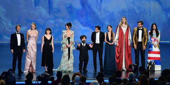 'Mẹ rồng' Emilia Clarke bất ngờ để tóc nâu khi đứng cùng dàn cast Game Of Thrones khiến fan không nhận ra ảnh 0