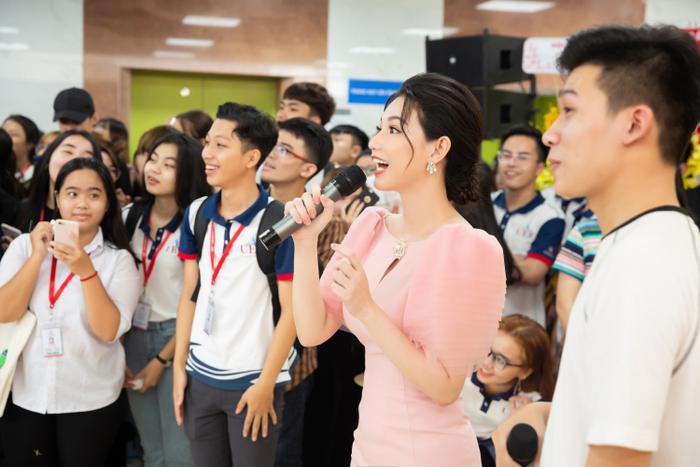 Hết mình cùng các bạn sinh viên, Quỳnh Chi ghi điểm vì sự nhiệt tình và thân thiện.
