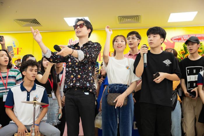 Đạo diễn Luk Vân cũng đồng hành trong chuyến schooltour lần này.