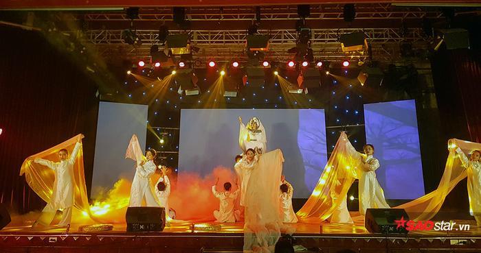 Lyly, Lou Hoàng khuấy động đêm nhạc chào Tân sinh viên trường Báo ảnh 11