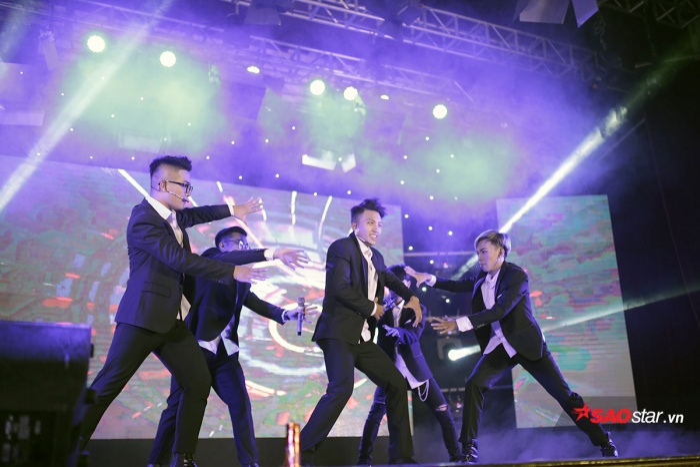Những anh chàng điển trai của Học viện thể hiện bước nhảy mạnh mẽ, dứt khoát đầy nam tính.