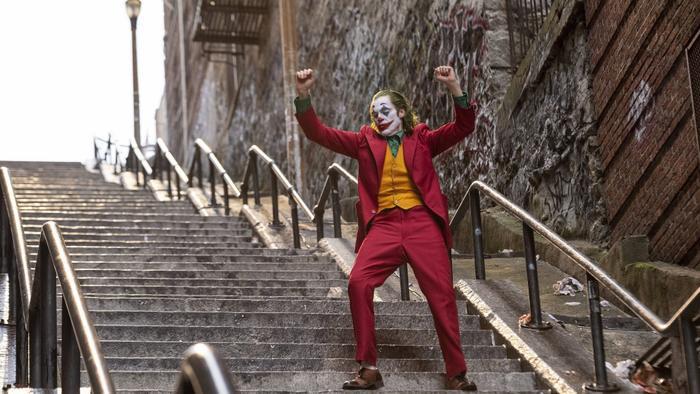 Joker vượt mặt Deadpool 2 trở thành phim nhãn R có doanh thu cao nhất mọi thời đại