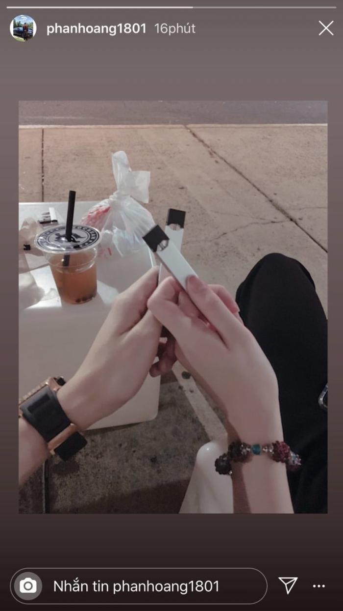 Story trên trang cá nhân của Phan Hoàng về khoảnh khắc dùng đồ đôi với một cô gái nào đó