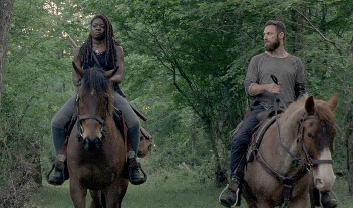 Aaron bên phải cùng Michonne bên trái