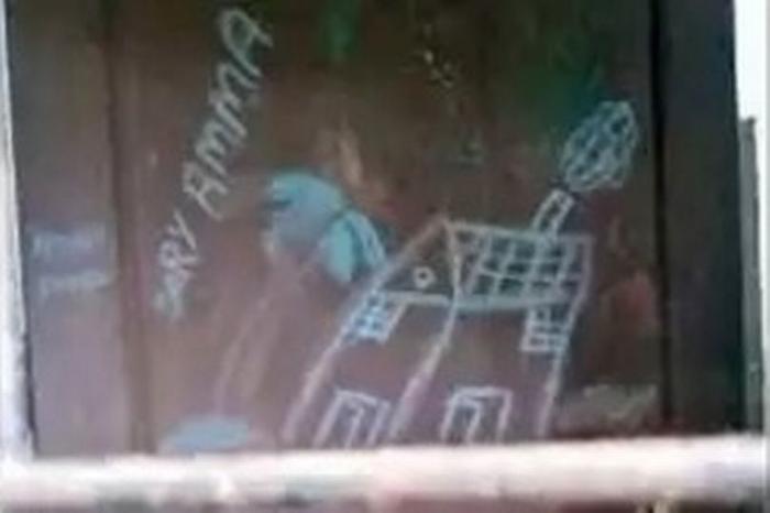 Dòng chữ viết nguệch ngoạc của cô bé trên cánh cửa nhà.