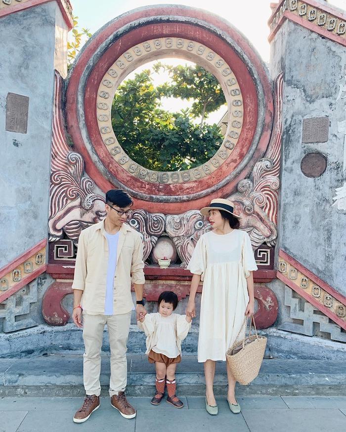 Quần áo đồng màu, thần thái đồng điệu, gia đình nhà người ta khiến ai cũng muốn nhanh chóng có một bé con để cùng du lịch.