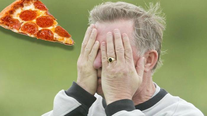 Không ai biết người đã cả gan ném thẳng bánh Pizza vào mặt Sir Alex là ai.