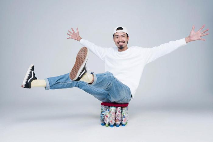 Rapper Đen Vâu hài lòng về chiếc ghế tái chế từ Eco Brick