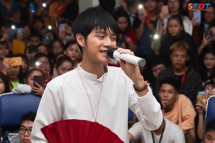 Anh chàng quán quân Sing my song 2016 Cao Bá Hưng được các bạn sinh viên TDTU cực kỳ mến mộ.