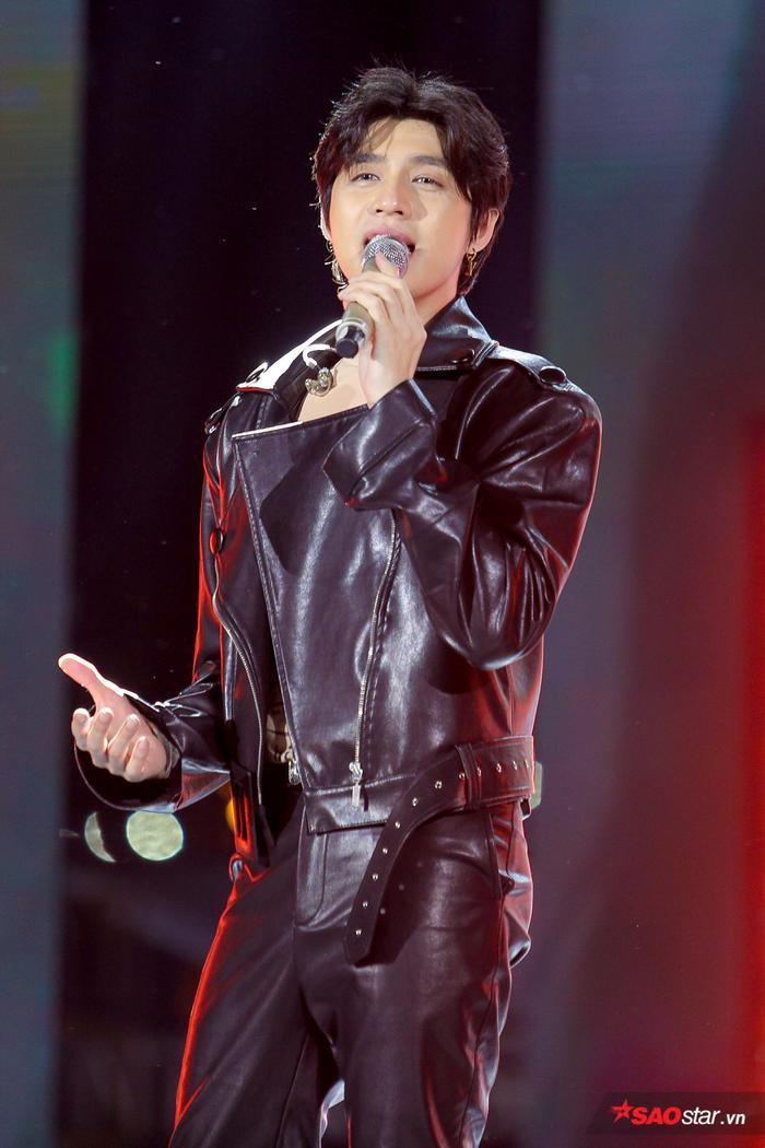 Hàng nghìn khán giả có mặt hòa vang theo từng câu hát cùng Noo Phước Thịnh.
