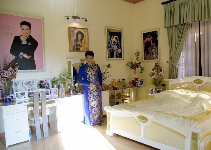 Phòng ngủ treo rất nhiều hình của vợ chồng