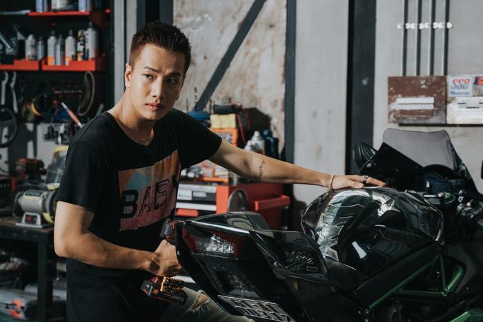 Lou Hoàng cùng hình ảnh nam tính xuất hiện trong MV.
