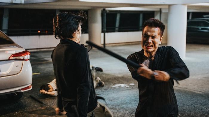 Lou Hoàng phải đối chọi với đám xã hội đen bằng những cảnh hành động gây cấn.