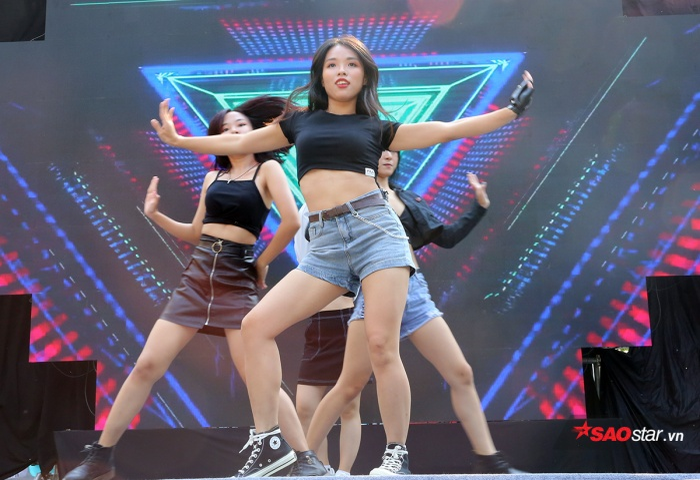 Những cô gái nóng bỏng của đội văn nghệ thể hiện những bước nhảy mạnh mẽ