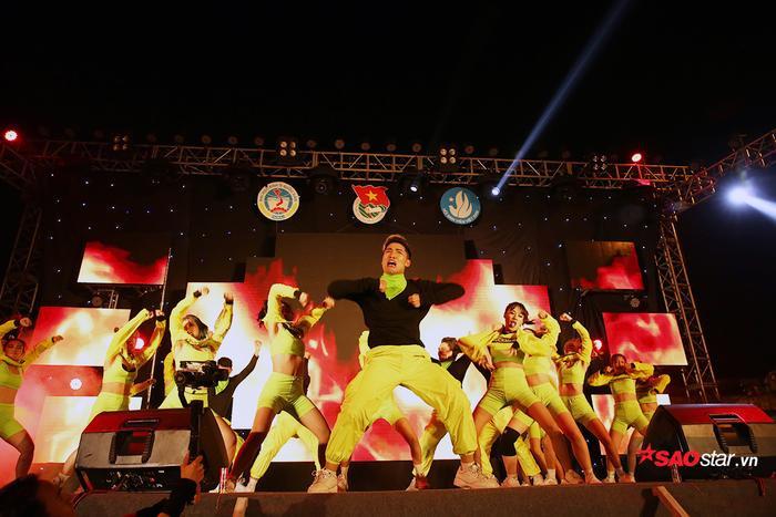 Vũ điệu nóng bỏng, mạnh mẽ của các nữ sinh không thua kém những vũ công chuyên nghiệp