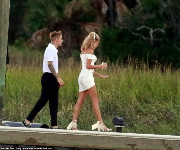 Justin Bieber và Hailey tại buổi diễn tập trước đám cưới.
