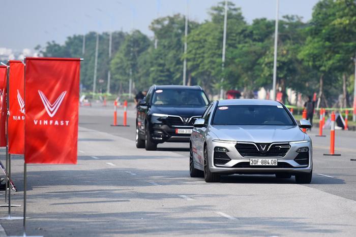 """Hiện tại, VinFast đang tổ chức chuỗi chương trình """"Lái thử VinFast Lux – Trải nghiệm đẳng cấp"""",mang đến cho khách hàng cơ hội được trực tiếp cầm lái hai dòng xe Lux cùng các chuyên gia quốc tế. (Ảnh: VinFast)"""
