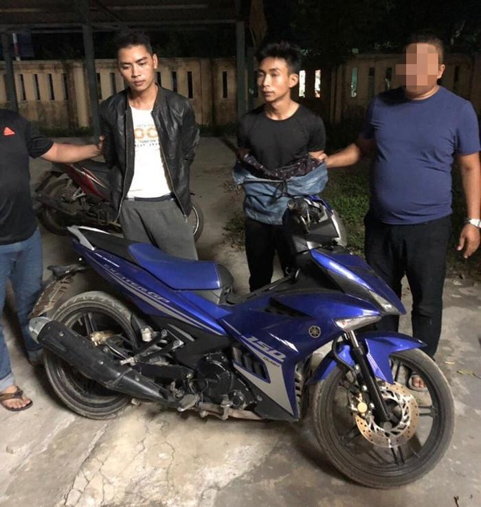 Hai nghi phạm cùng chiếc xe máy của nạn nhân.