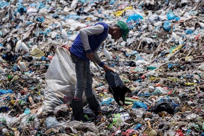 Ấn Độ tạo ra hơn 2,5 triệu tấn rác thải nhựa mỗi ngày nhưng phần lớn chúng không được thu gom và tái chế. Ảnh: Reuters.