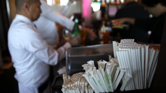 Một quán đồ uống phục vụ ống hút giấy cho khách hàng sử dụng. Ảnh: Justin Sullvian/Reuters.