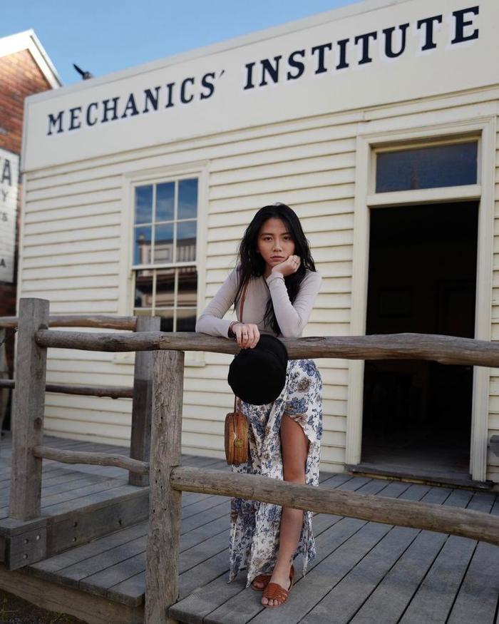 """Đặng Tiểu Tô Sa sinh năm 1998, là một cô gái xinh đẹp và tài năng. Tô Sa vừa tốt nghiệp ngành học sinh ngành Quản trị Khách sạn tại Úc. Nữ sinh sở hữu một gương mặt xinh đẹp, trong sáng với sống mũi cao, đôi mắt to tròn và nụ cười tỏa nắng. Tô Sa còn được biết đến nhiều hơn khi là cháu gái của PGS. Văn Như Cương.Tên Tô Sa của cô do PGS Văn Như Cương đặt với ý nghĩa là """"lâu đài cát nhỏ"""".Tô Sa còn gây ấn tượng với mọi người khi gặp mặt đó là với vẻ ngoài xinh đẹp, trong sáng và thánh thiện nhưng Tô Sa sở hữu một vài hình xăm ấn tượng ở đùi và cánh tay. Và những dòng chữ hình xăm đó đều hướng về gia đình nên mẹ của Tô Sa cũng không quá khắt khe."""