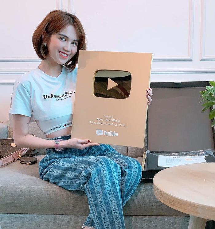 Ngọc Trinh chia sẻ hình ảnh cầm trên tay chiếc nút vàng từ YouTube. (Ảnh: Ngọc Trinh)