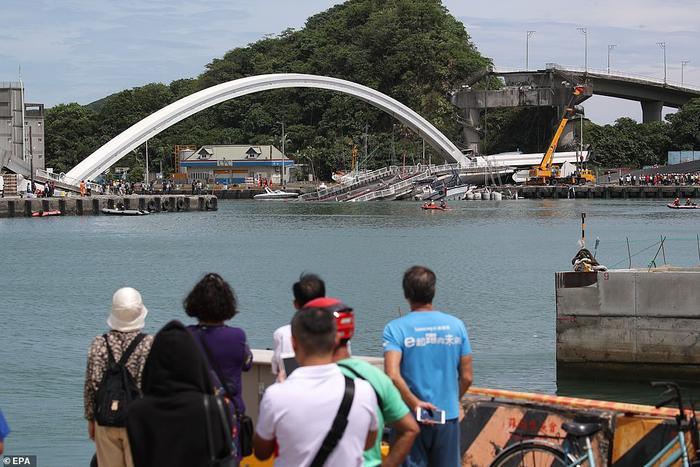Mái vòm của cây cầu sập xuống vịnh phía đông đảo Đài Loan. Ảnh: EPA